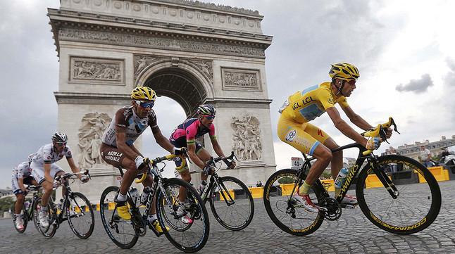 Vincenzo Nibali, guanyador del Tour, passa per lArc del Triomf de París, en lúltima etapa de la ronda francesa.
