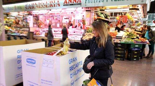 Voluntaris recullen aliments al supermercat Mercadona de Copa d'Or a Lleida.