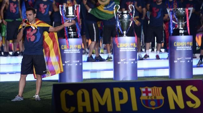 Xavi, durante la celebración del tricampeonato, en el Camp Nou.