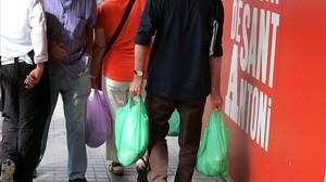 Bolsas de plástico conasas. Su entrega gratuita quedará prohibira en todos los comercios, pero el precio lo decidirá el vendedor.