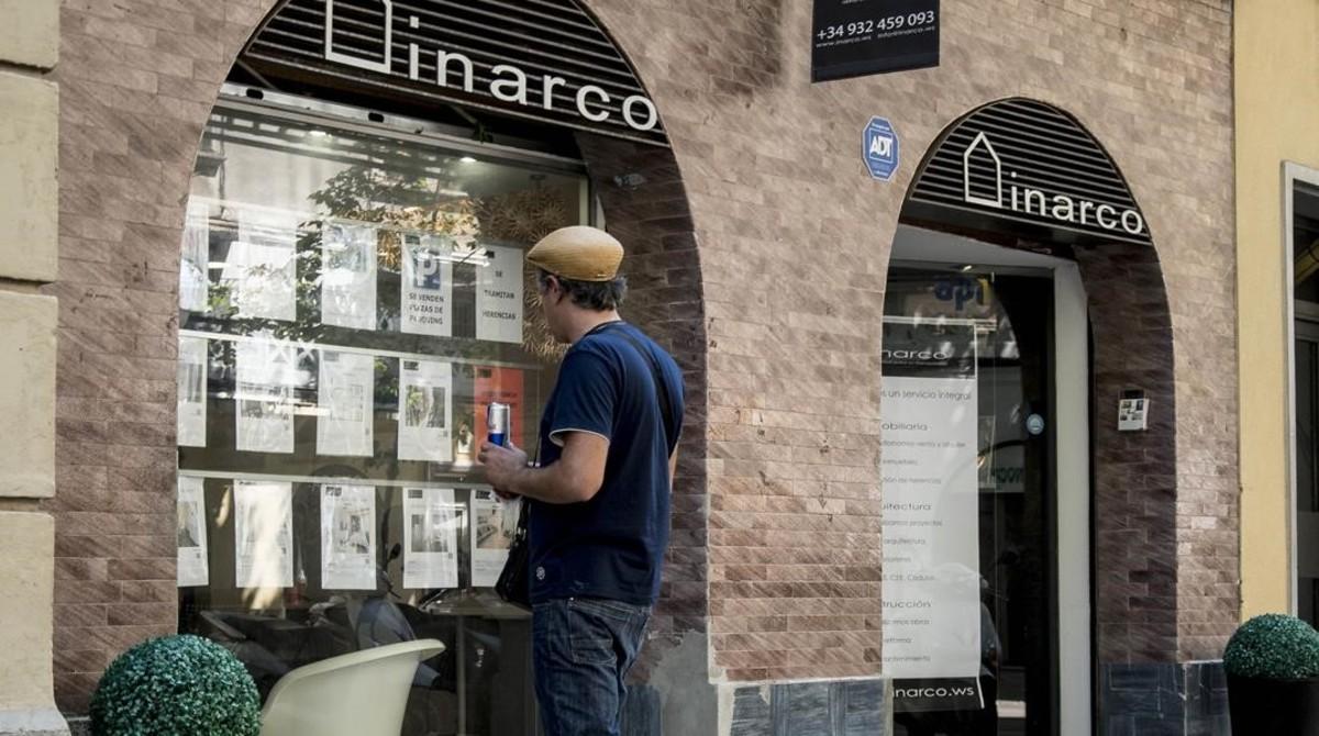 Una inmobiliaria de la Barceloneta, en cuyo escaparate se constata cómo se han disparado los precios en la zona.