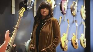 Joana Serrat, entre guitarras.