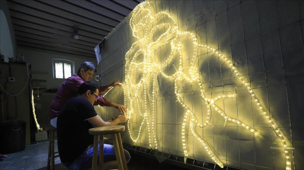 Trabajando en las luces de Navidad del proyecto Raval Km 0.