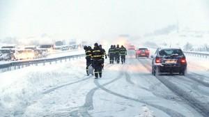 La UME ayuda a los atrapados en la AP-6 por la nevada de pasado reyes.