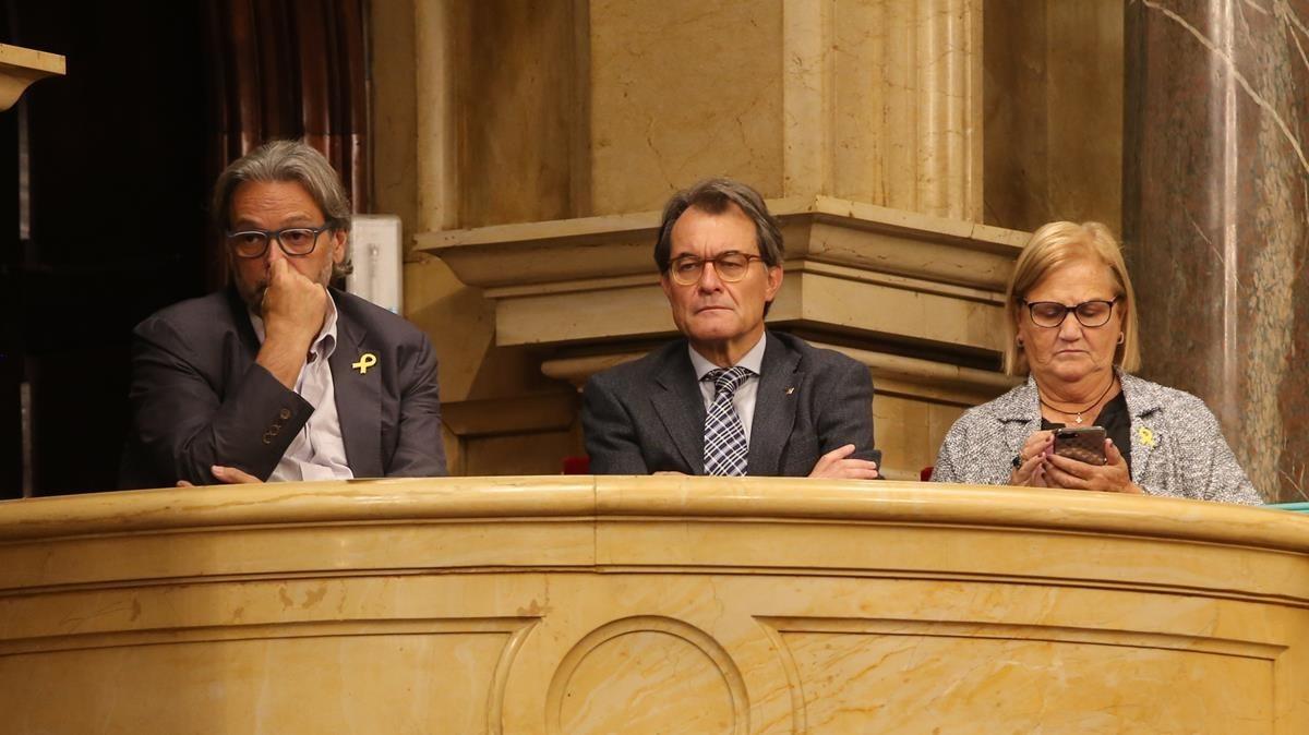Artur Mas, entre Benach y De Gispert, en el palcode público notable del Parlament.