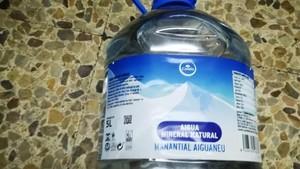 Una garrafa de 5 litros de agua mineral natural de la marca Condis, manantial Aiguaneu que la cadena ha retirado de los supermercados.