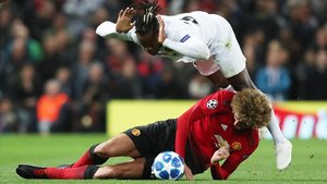 Choque de Fellaini (Manchester United) y Batshuavi (Valencia).