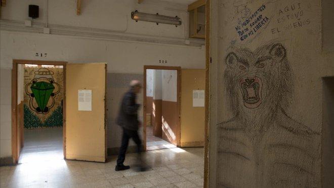 Al fondo, un mural de Srta Cobra; en primer plano un graffito realizado por un preso de la Modelo.