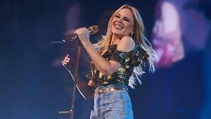 Kylie Minogue en plena actuación.