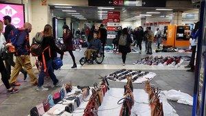 Acordat el desallotjament dels manters de l'estació de plaça de Catalunya