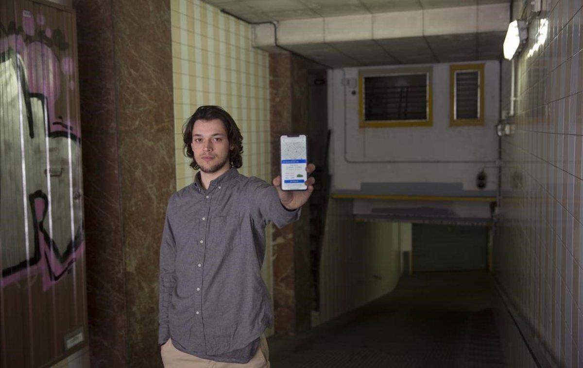 Marc Coderch, uno de los creadores de Parc, muestra la aplicación en uno de los aparcamientos vinculados, en Comte Borell, 140.