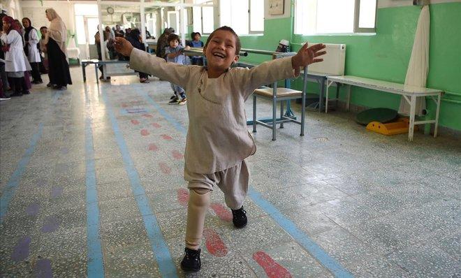 Ahmad Sayed Rahman, un niño afgano de cinco años que perdió su pierna derecha cuando fue alcanzado por una bala en el fuego cruzado de un gesto de batalla mientras baila con su pierna protésica en el hospital del Comité Internacional de la Cruz Roja del CICR para víctimas de la guerra. y los discapacitados en Kabul