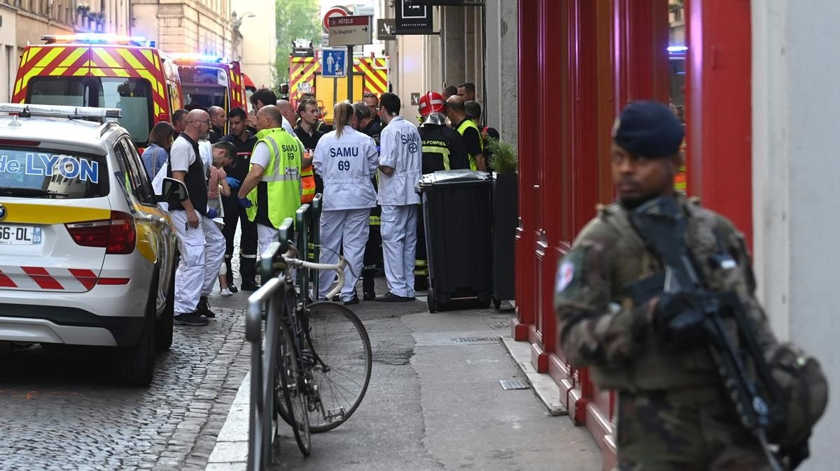 Varias personas resultaron heridas por una presunta explosión de un paquete bomba en una calle peatonal.