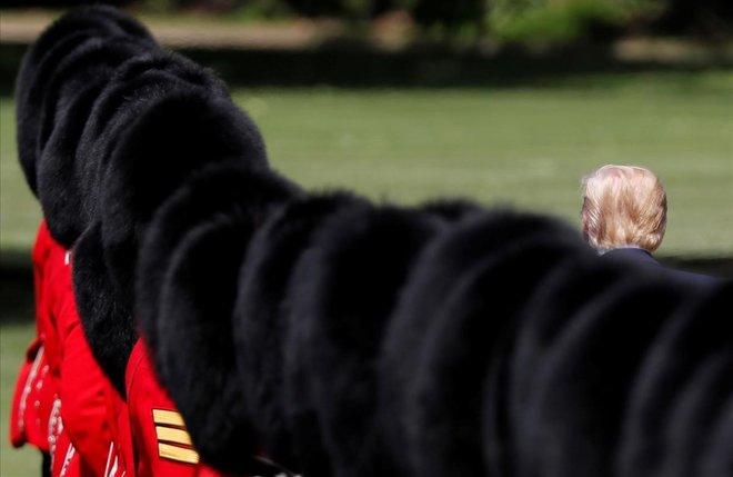 El presidente de los Estados Unidos, Donald Trump, inspecciona la guardia de honor durante una ceremonia de bienvenida en el Palacio de Buckingham en Londres, Reino Unido.