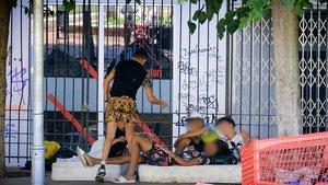 Menores que viven en la calle, en una plaza del Raval, el pasado verano.