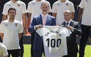 El rey Felipe VI posa con la camiseta del Valencia en una recepción por el Centenario del club