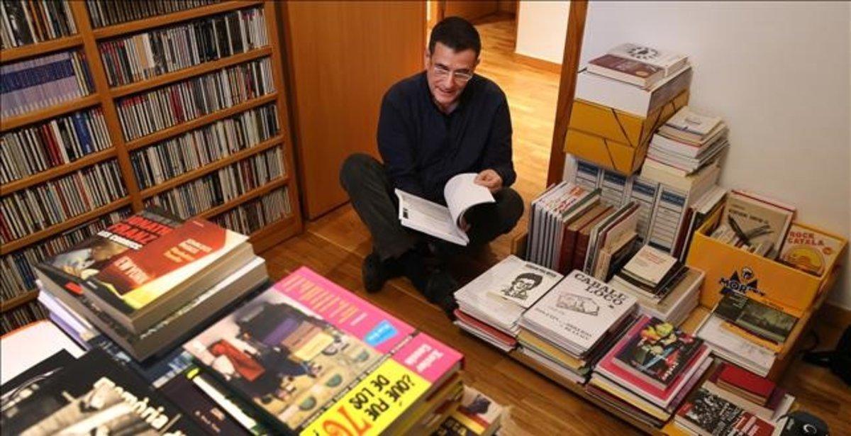 El novelista Eduard Márquez, rodeado de libros en su estudio.