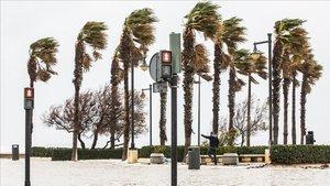 El paseo marítimo de València, inundado en la playa del Cabanyal por los efectos del temporal 'Gloria'