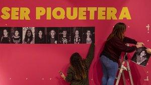 Integrantes del colectivo organizador de la muestra ultiman la exhibición del Centre del Carme