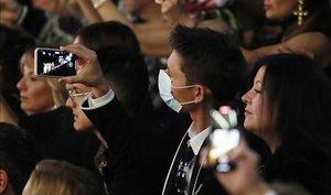 Público con mascarillas en el desfile de Dolce & Gabbana, el 23 de febrero en Milán.