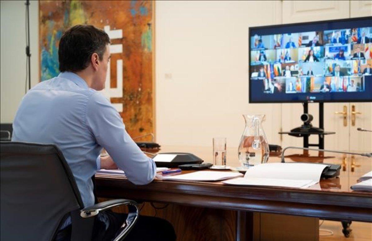 El presidente del Gobierno, Pedro Sánchez, durante una reunión con los presidentes autónomicos en abril.