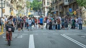 Protesta de comerciantes y vecinos de Ciutat Vella, este mediodía en Via Laietana.