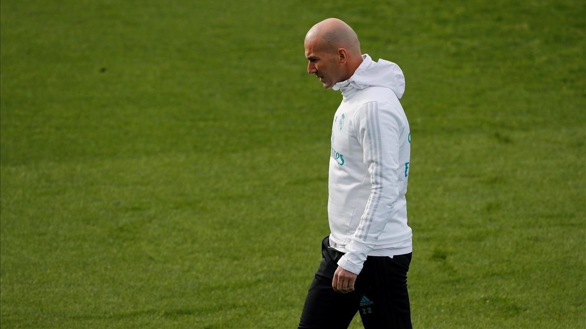 Zidane, pensativo durante el entrenamiento de este sábado en Valdebebas.