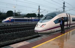 Un tren AVE a lestació de Figueres.