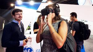 Una asistente a la pasada edición del IoTSWC prueba una aplicación de realidad virtual
