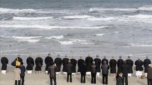 Monjes budistas y familiares de las víctimas de Fukushima recuerdan a los fallecidos en el quinto aniversario del desastre nuclear.