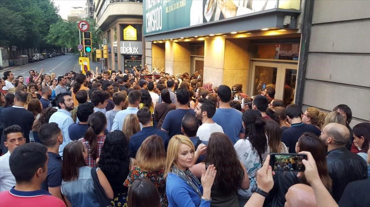 Grupos feministas bloquean la entrada del Teatre Borràs en protesta por la función de Jorge Cremades.