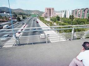 Un hombre observa la Ronda de Dalt a la altura del Vall dHebron, en agosto de 1993.