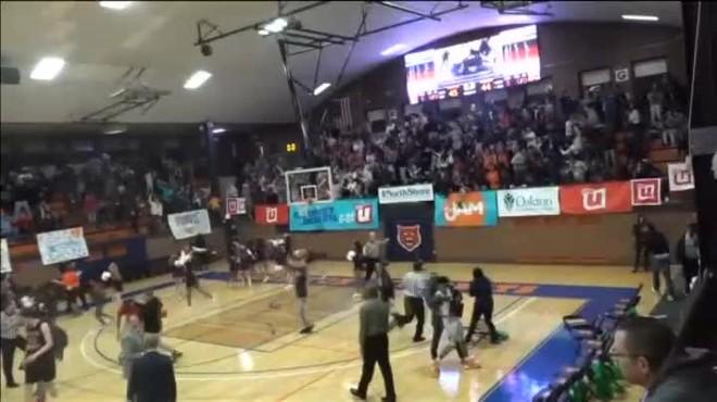 Espectacular cistella a escassos segons del final dun partit de bàsquet de High School als EUA