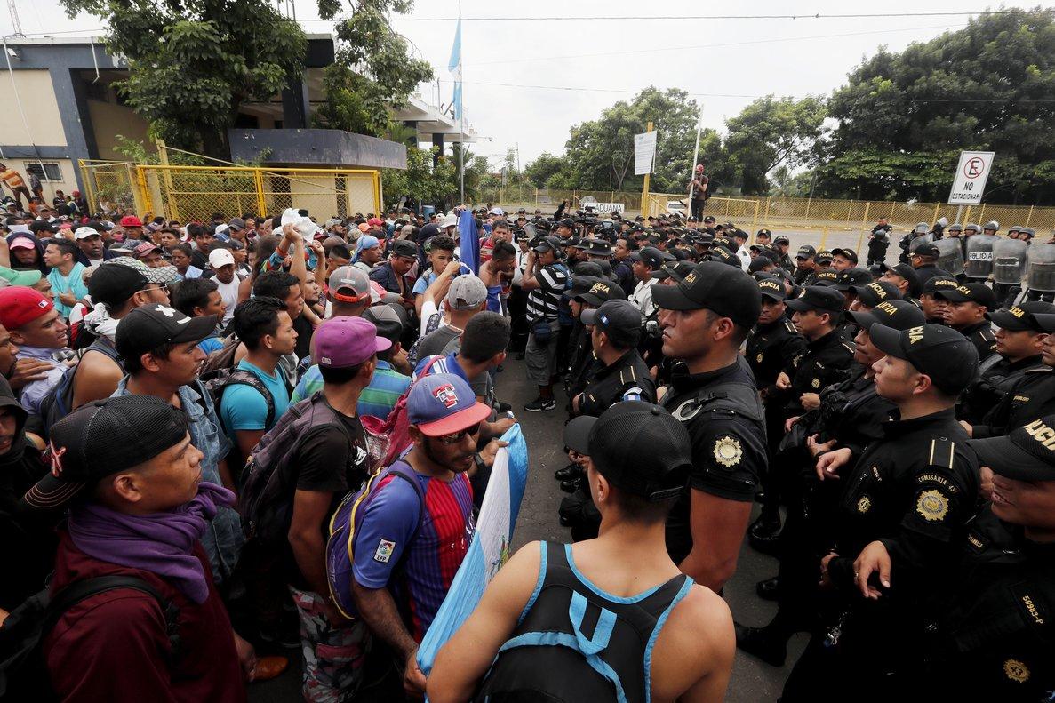 TECUN UMANGUATEMALA-Migrantes de la segunda caravana se enfrentan con la Policia de Guatemala en Tecun UmanGuatemalaMiles de migrantesen su mayoria hondurenosrompieronla valla metalica que separa a Guatemala de Mexico y despues de un enfrentamiento con la policia cruzaron corriendo y gritando a territorio mexicano EFE ESTEBAN BIBA