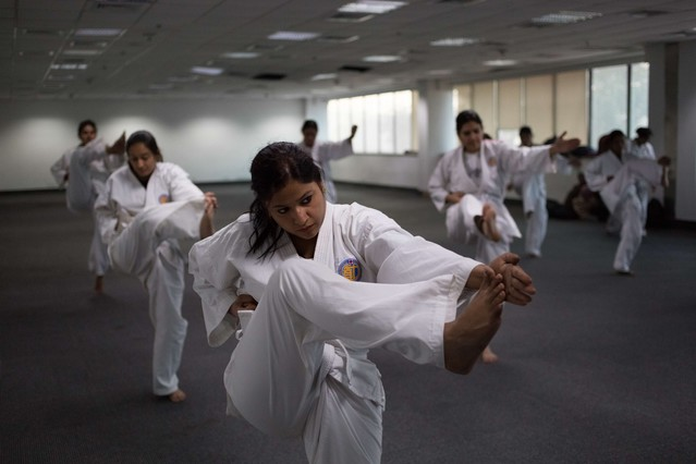 Entrenamiento de las mujeres de la nueva unidad de policía contra los violadores.