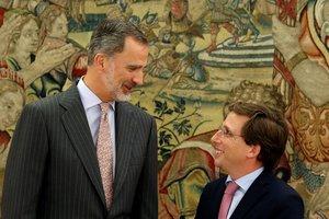 Felipe VI y el alcalde de Madrid, José Luis Martínez-Almeida, durante la audiencia celebrada esta miércoles en el Palacio de La Zarzuela.