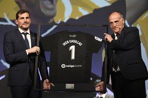 Iker Casillas (i) junto Javier Tebas en su presentación como embajador de La Liga.