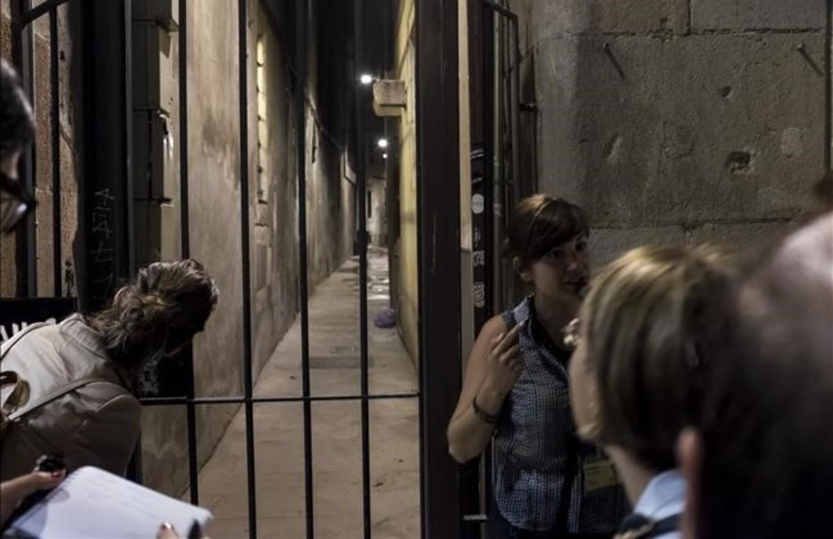 Esta es la calle más estrecha de Barcelona: la de las Moscas. Ya te podías caer por la ventana, decían, que no te hacías ni un rasguño por la cantidad de moscas que había.