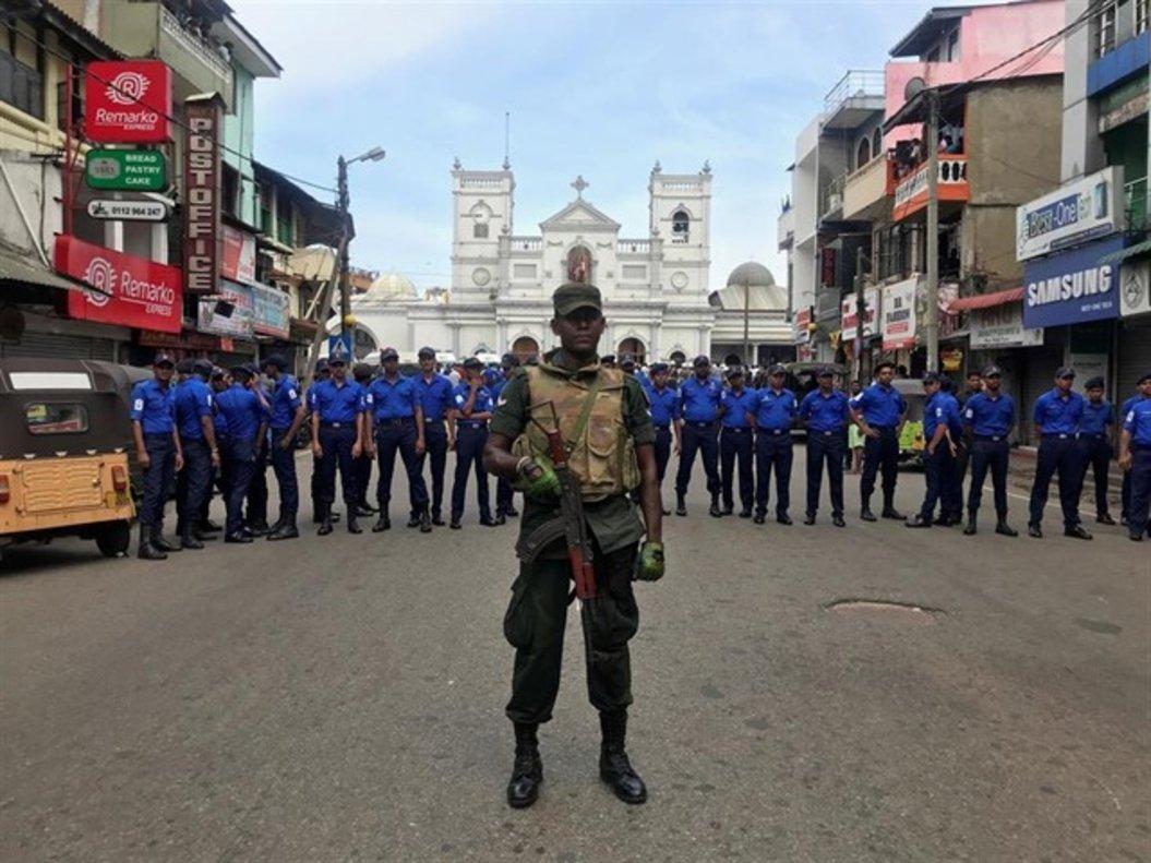 Agentes de policía blindan el acceso a una de las iglesias atacadas en Sri Lanka.