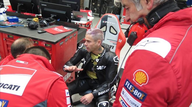 Álvaro Bautista habla con los ingenieros de Ducati, en el test de Valencia.
