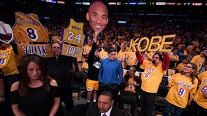 Ambiente conmovedor en el Staples Center en honor de Kobe.