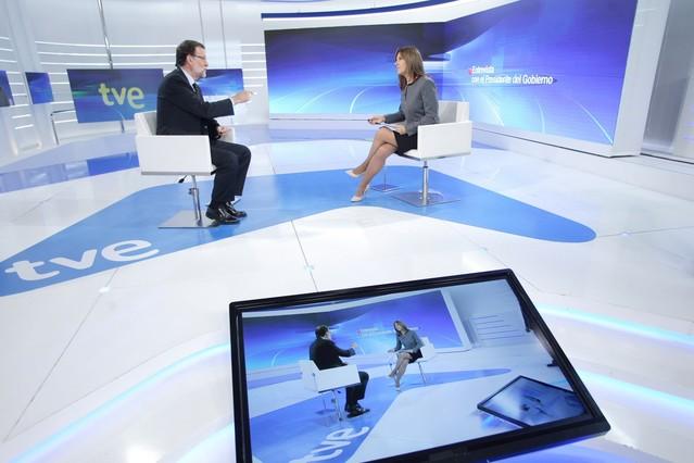 Ana Blanco, con Mariano Rajoy, en los estudios de TVE.