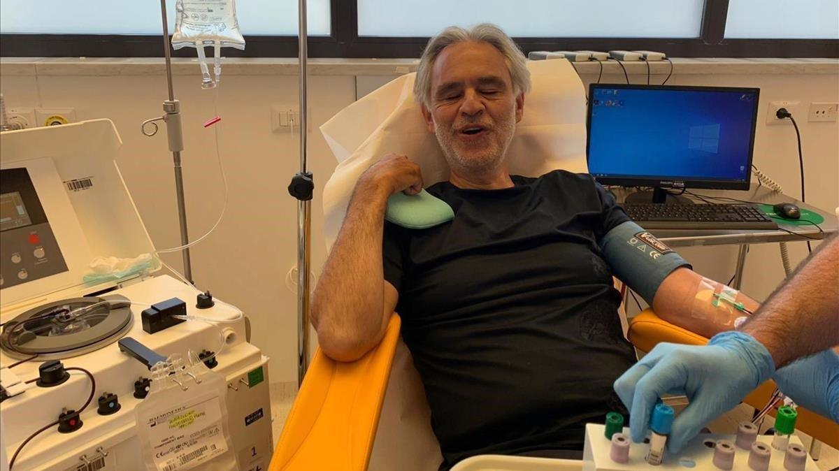 El tenor Andrea Bocelli, en unhospital de Pisa.