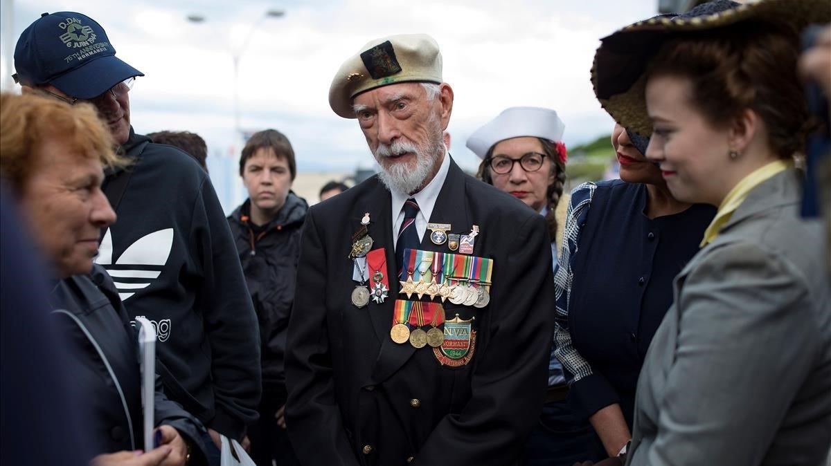 El veterano británico de la segunda guerra mundial, Lewis Trinder, habla durante la conmemoracion del 75 aniversario del Desembarco de Normandia en Arromanches, Francia.