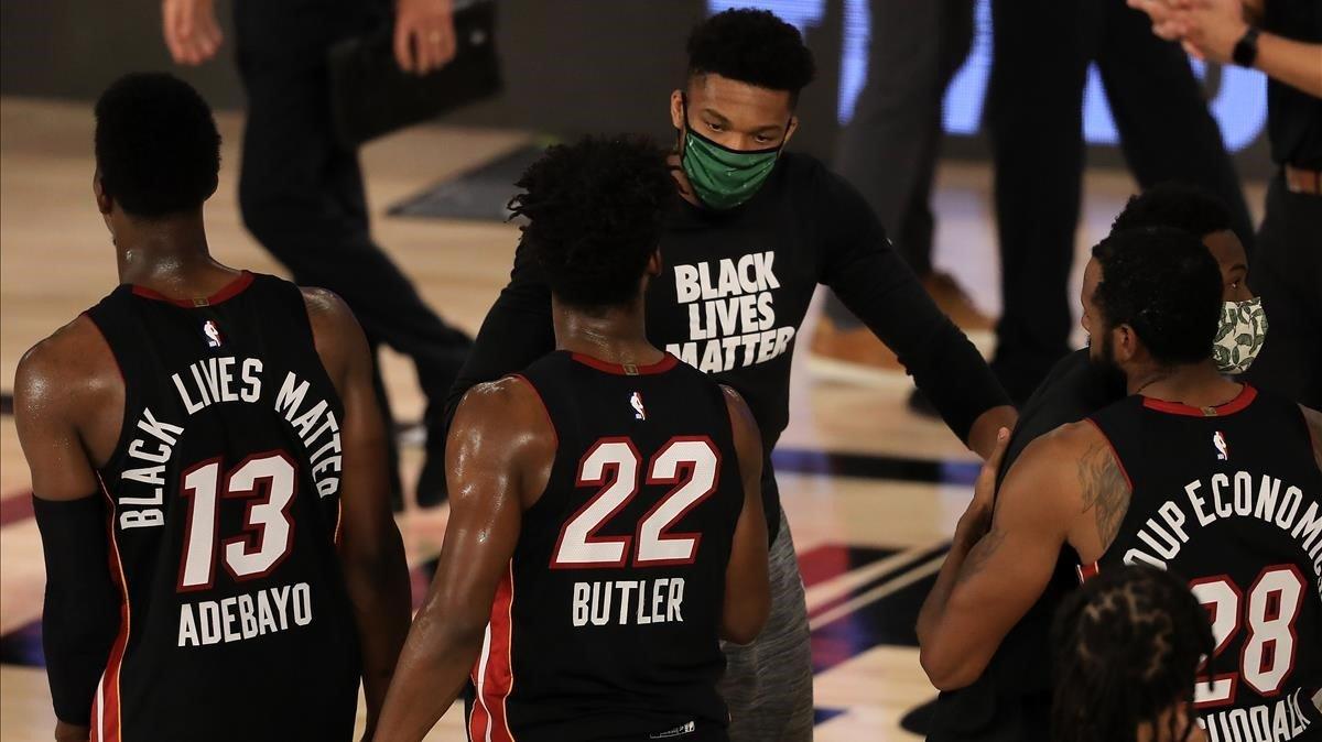 Antetokounmpo, de Milwaukee, felicita a Butler, de Miami.