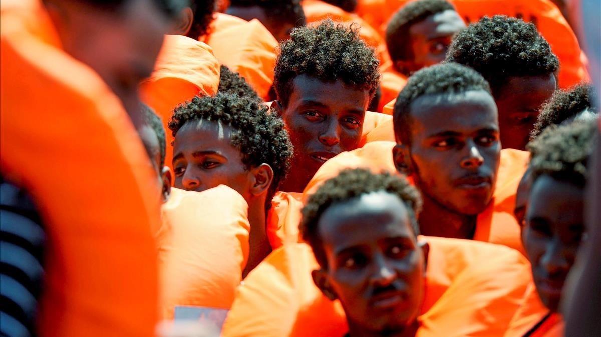 Inmigrantes al borde del 'Aquarius'. Un año después, ninguno ha sido reconocido como víctima de protección internacional.