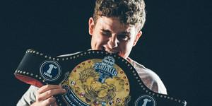 Arkano con su trofeo tras ganar la final nacional de una edición de laRed Bull Batalla De Los Gallos