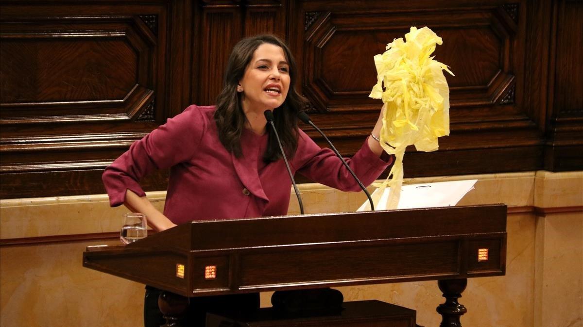 La diputada de Ciudadanos Inés Arrimadas exhibe los lazos amarillos que ha retirado ella misma, este jueves en el Parlament