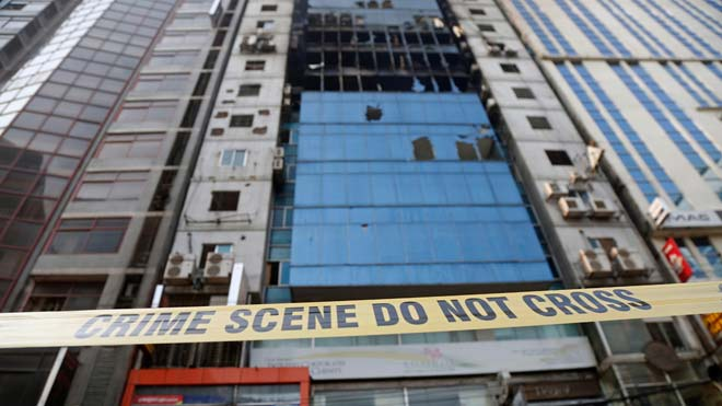 Aumentan a 25 los muertos en el incendio de un rascacielos en Bangladesh.