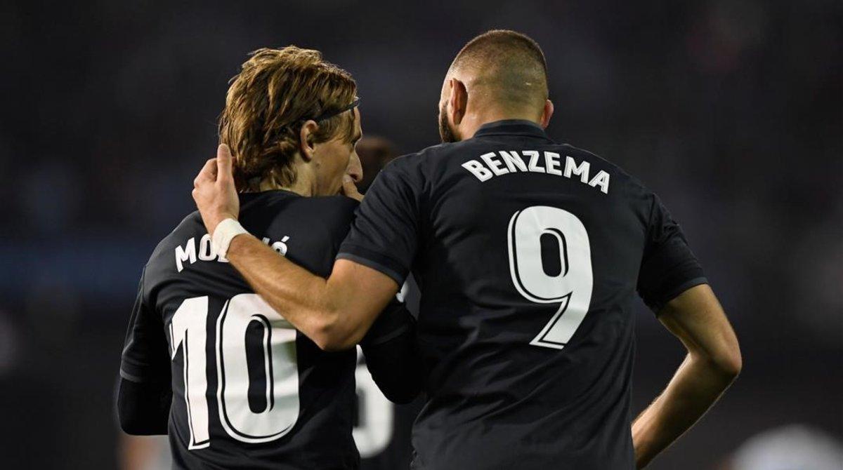 Benzema y Modric celebran un gol en Balaídos.